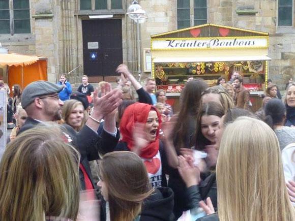 Ruhrbarone: Justin Bieber Fans stürmen Wahlkampfstand der PARTEI